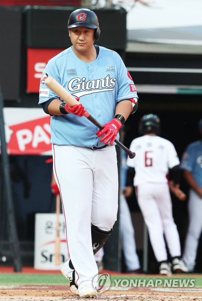 Lee Dae-ho gets ready to bat for Lotte Giants