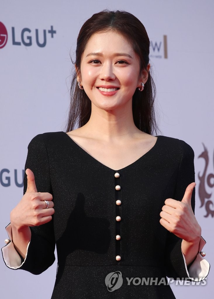 South Korean actress Jang Na-ra poses for photographers on the red carpet of the 2019 Seoul International Drama Awards at the Peace Hall of Kyunghee University on Aug. 28, 2019. (Yonhap)