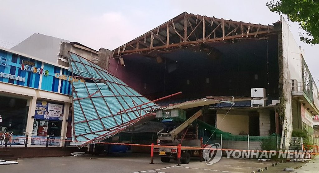 This photo provided by a reader shows a collapsed wall of a building in Chuncheon, 85 kilometers east of Seoul, on Sept. 8, 2019, after Typhoon Lingling struck the country the previous day. (PHOTO NOT FOR SALE) (Yonhap)