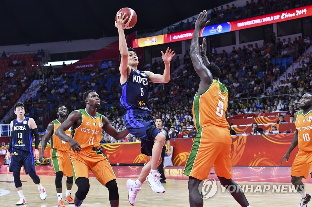 Kim Sun-hyung of South Korea (C) attempts a layup over Frejus Zerbo of Cote d'Ivoire during the teams' classification game at the FIBA Basketball World Cup at Guangzhou Gymnasium in Guangzhou, China, in this file photo provided by the Korea Basketball Association on Sept. 8, 2019. (PHOTO NOT FOR SALE) (Yonhap)