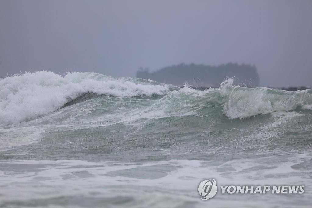 High waves are seen in waters off South Korea's southern island of Jeju on Sept. 21, 2019. (Yonhap)