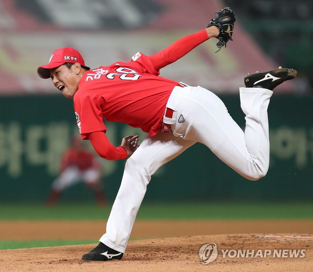 In this file photo from Sept. 25, 2019, Kim Kwang-hyun of the SK Wyverns throws a pitch against the Samsung Lions in their Korea Baseball Organization regular season game at SK Happy Dream Park in Incheon, 40 kilometers west of Seoul. (Yonhap)
