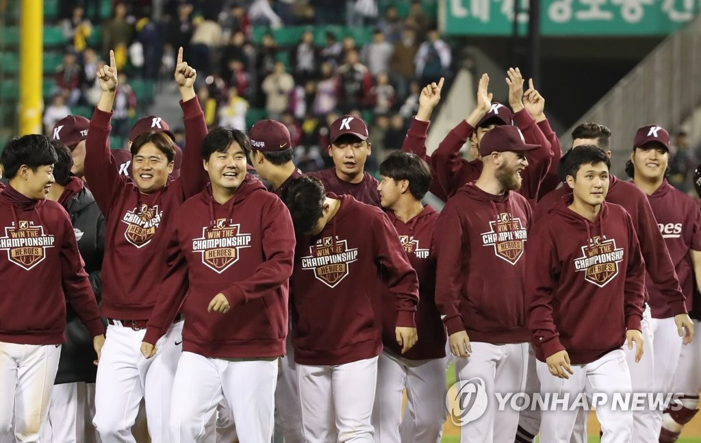 Members of the Kiwoom Heroes celebrate their 10-5 victory over the LG Twins in Game 4 of their first-round playoff series in the Korea Baseball Organization at Jamsil Stadium in Seoul on Oct. 10, 2019. (Yonhap)