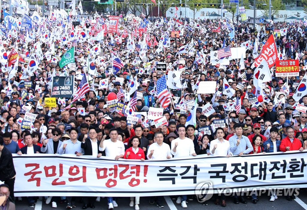 Members of the main opposition Liberty Korea Party march toward Cheong Wa Dae, along with protesters against the Moon Jae-in administration, on Oct. 19, 2019. (Yonhap)