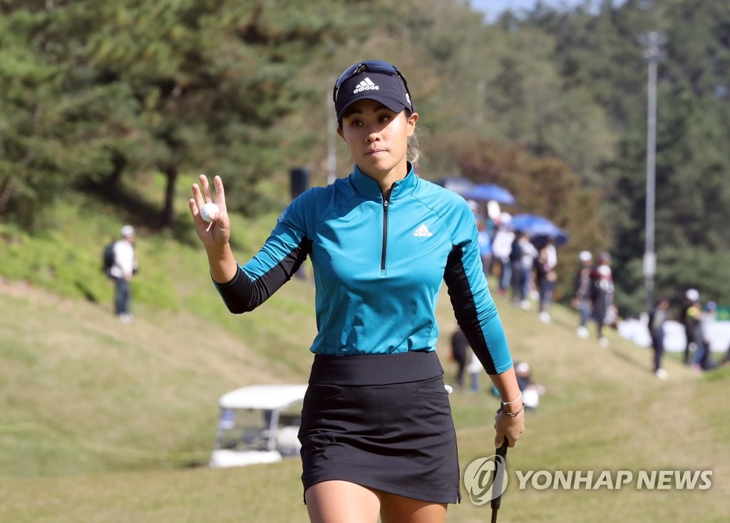 Danielle Kang of the United States acknowledges the crowd after a birdie at the ninth hole during the final round of the BMW Ladies Championship at LPGA International Busan in Busan, 450 kilometers southeast of Seoul, on Oct. 27, 2019. (Yonhap)