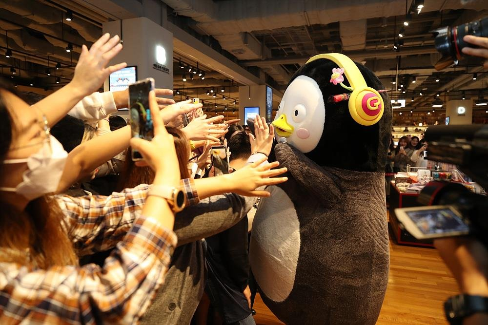 This photo, provided by Educational Broadcasting System, shows Pengsoo greeting fans at a fan meeting in the southeastern port city of Busan on Oct. 26, 2019. (PHOTO NOT FOR SALE) (Yonhap)