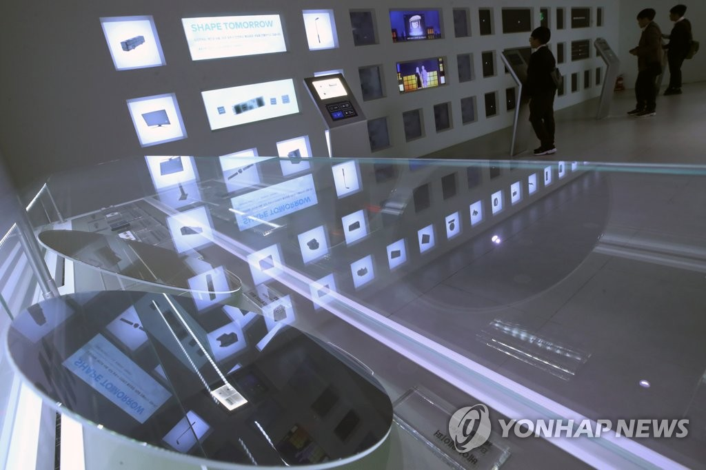 A wafer, a thin slice of a semiconductor, is displayed at Samsung Electronics Co.'s exhibition center in southern Seoul on Oct. 31, 2019. (Yonhap)