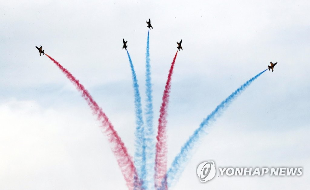 The South Korean Air Force's Black Eagles, one of Asia's best acrobatic flight teams, performs an air show in Busan on Nov. 10, 2019, during a welcoming ceremony for South Korea's special summit with the Association of Southeast Asian Nations set to take place later in the month. (Yonhap)