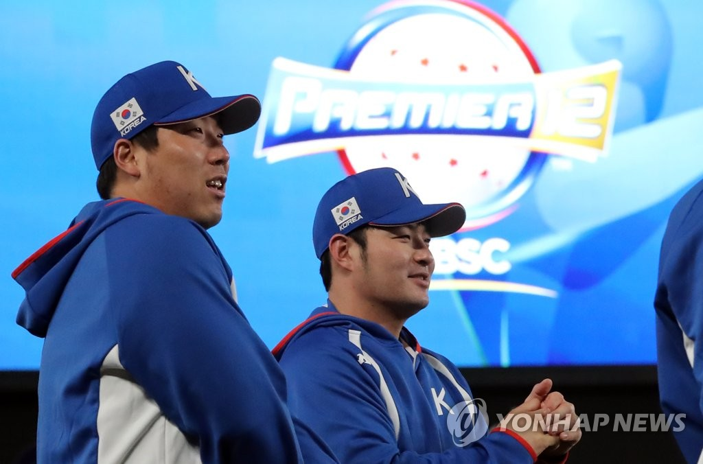 Park Byung-ho (R) and Kim Hyun-soo of South Korea chat during the national team practice at ZOZO Marine Stadium in Chiba, Japan, in preparation for the Super Round at the World Baseball Softball Confederation (WBSC) Premier12 on Nov. 10, 2019. (Yonhap)