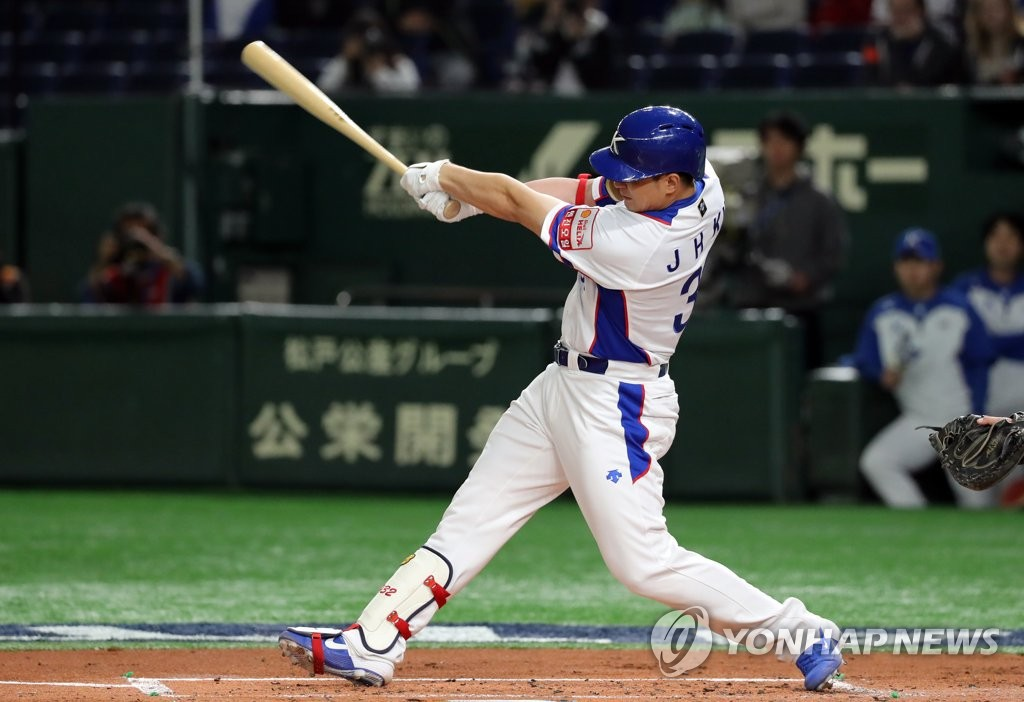In this file photo from Nov. 11, 2019, Kim Jae-hwan of South Korea connects for a three-run home run against the United States in the bottom of the first inning of the teams' Super Round game at the World Baseball Softball Confederation (WBSC) Premier12 at Tokyo Dome in Tokyo. (Yonhap)