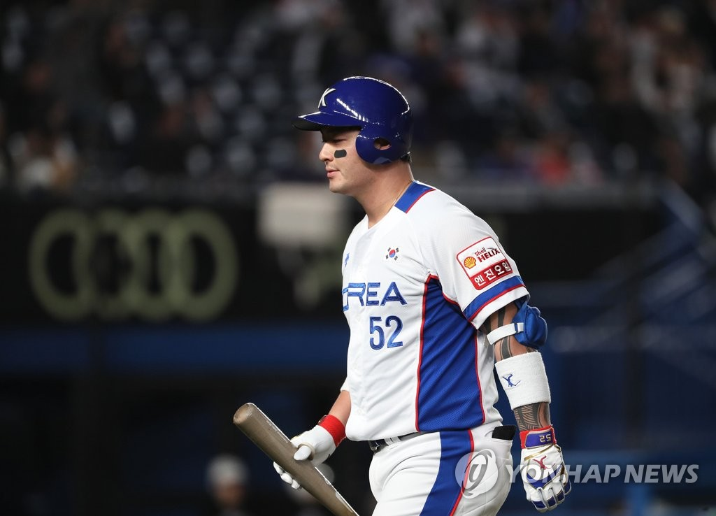 Park Byung-ho of South Korea returns to the dugout after flying out to center against Chinese Taipei in the bottom of the first inning of the teams' Super Round game at the World Baseball Softball Confederation (WBSC) Premier12 at ZOZO Marine Stadium in Chiba, Japan, on Nov. 12, 2019. (Yonhap)