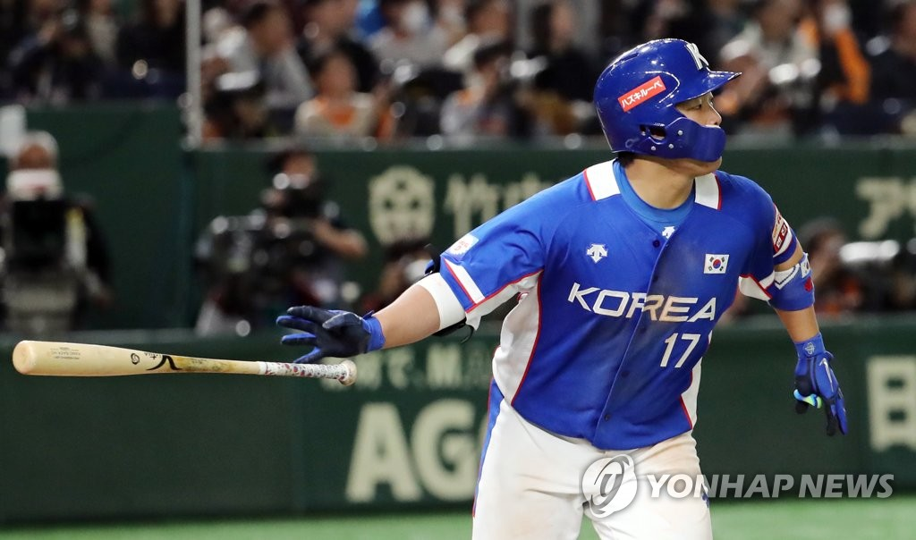 Kang Baek-ho of South Korea hits a two-run single against Japan in the top of the seventh inning of the Super Round game at the World Baseball Softball Confederation (WBSC) Premier12 at Tokyo Dome in Tokyo on Nov. 16, 2019. (Yonhap)