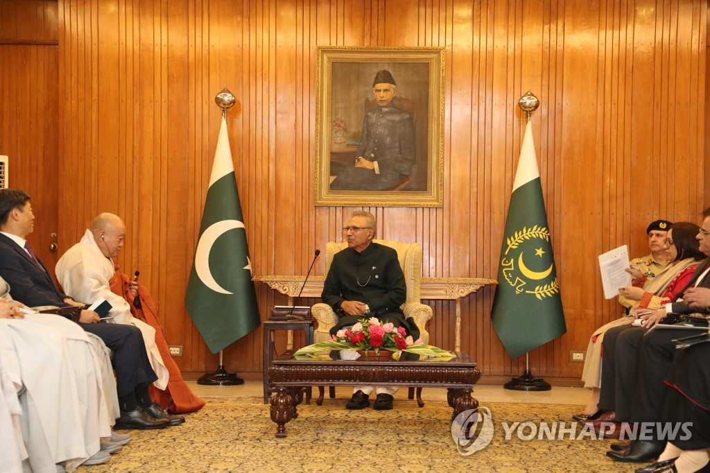 S. Korean Buddhist leader with Pakistani president
