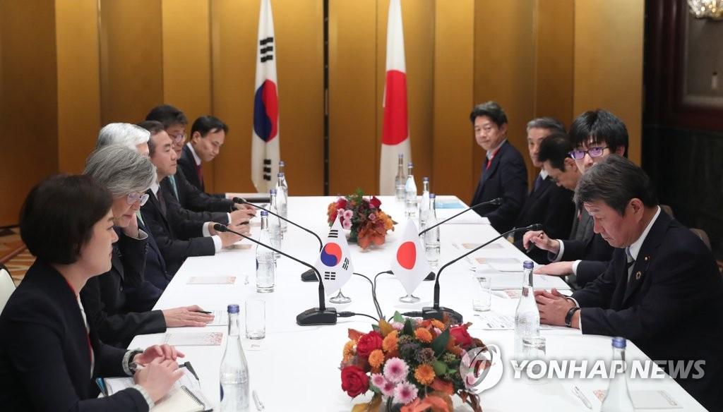 康氏(左から2人目)と茂木氏(右端)は11月23日に名古屋で会談した=(聯合ニュース)