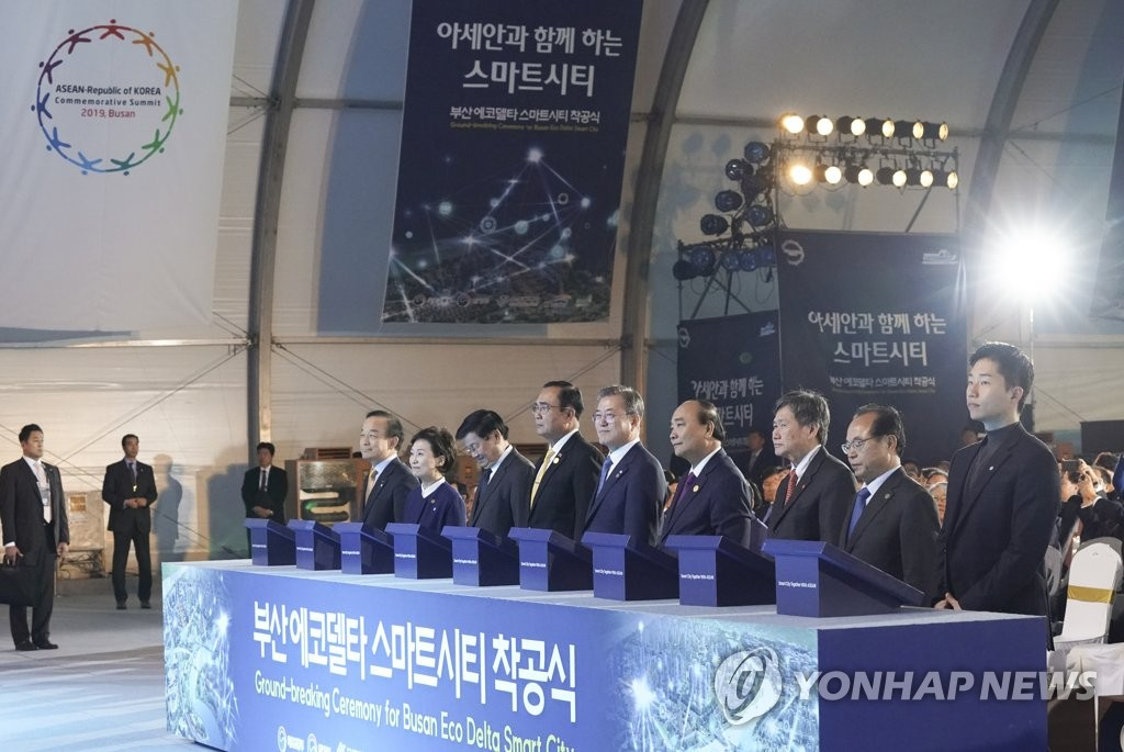 South Korean President Moon Jae-in (C) attends the groundbreaking ceremony for Busan Eco Delta Smart City in the southeastern port city, along with several ASEAN leaders, on Nov. 24, 2019. (Yonhap)