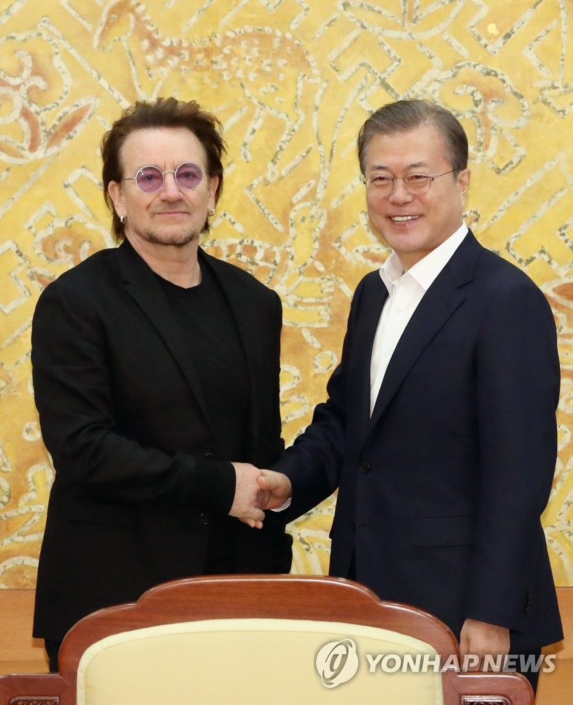 Moon meets leader of rock band U2