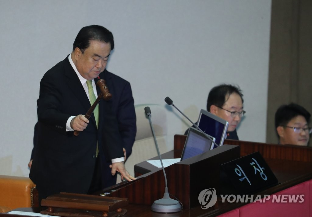 National Assembly Speaker Moon Hee-sang (L) declares the passage of a budget bill for 2020 during a plenary session on Dec. 10, 2019. (Yonhap)