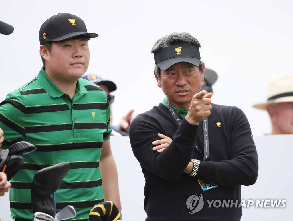 In this photo provided by the Korea PGA, Choi Kyoung-ju of South Korean, an assistant captain for the International team at the Presidents Cup golf tournament, speaks with South Korean player Im Sung-jae on the third hole at Royal Melbourne Golf Cup during Im's practice round on Dec. 11, 2019. (PHOTO NOT FOR SALE) (Yonhap)