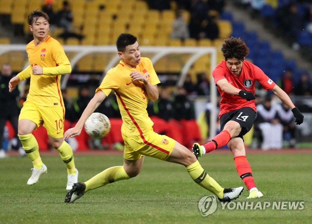 Lee Yeong-jae of South Korea (R) takes a shot past Mei Fang of China (C) during the teams' second match at the East Asian Football Federation (EAFF) E-1 Football Championship at Busan Asiad Main Stadium in Busan, 450 kilometers southeast of Seoul, on Dec. 15, 2019. (Yonhap)