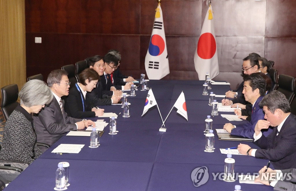 South Korean President Moon Jae-in (2nd from L) and Japanese Prime Minister Shinzo Abe (2nd from R) hold a summit at the Shangri-La Hotel in Chengdu, China, on Dec. 24, 2019, joined by their senior aides. (Yonhap)