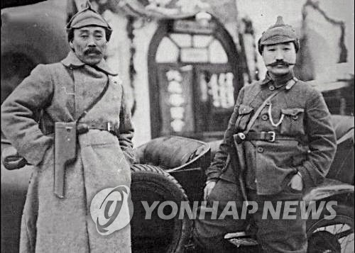This file photo provided by Ban Byung-yool, history professor at the Hankuk University of Foreign Studies in Seoul, on Dec. 30, 2019, shows Korean independence fighter Hong Beom-do (L) with fellow Gen. Choi Jin-dong in Moscow in 1922. (PHOTO NOT FOR SALE) (Yonhap)