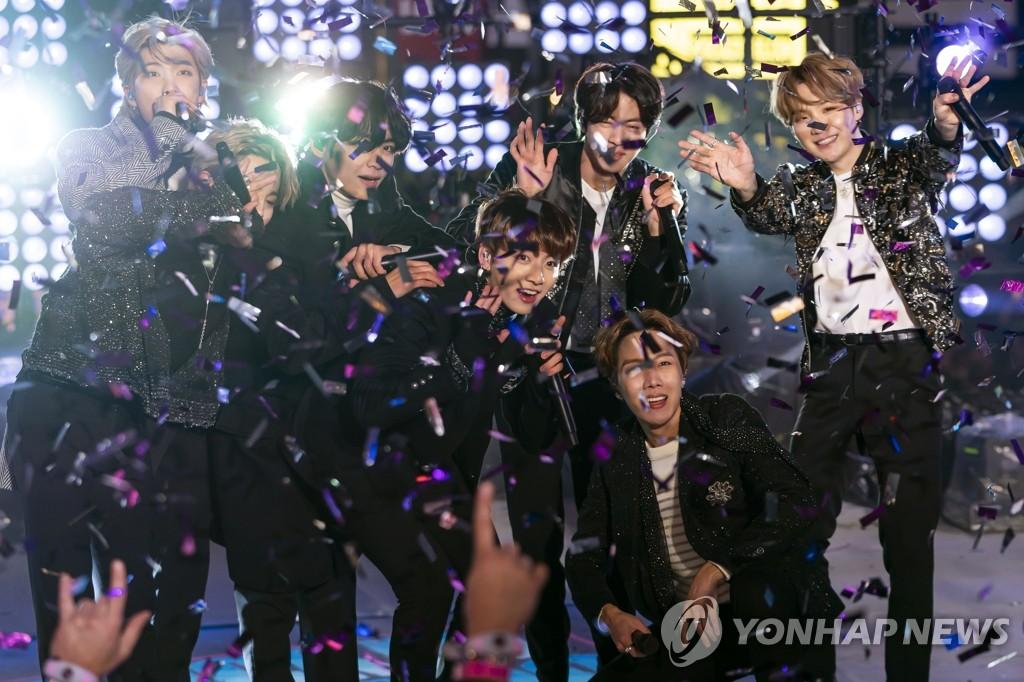 뉴욕 타임스스퀘어에서 새해맞이 공연하는 BTS