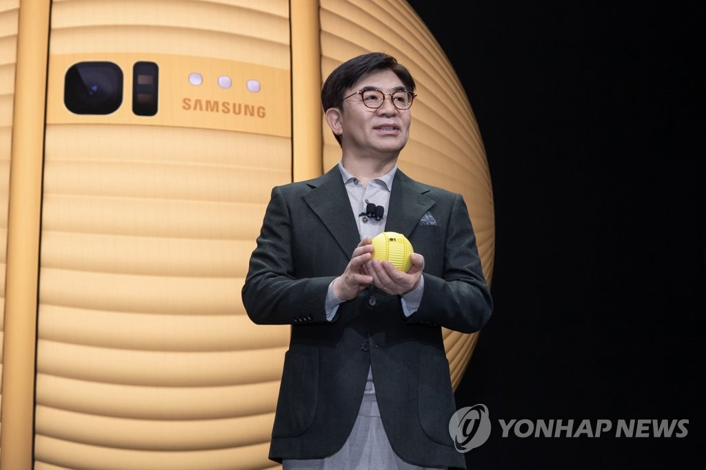 This photo provided by Samsung Electronics Co. on Jan. 6, 2020, shows Kim Hyun-suk, president and CEO of Samsung's Consumer Electronics division, introducing the company's new AI-powered robot Ballie. (PHOTO NOT FOR SALE) (Yonhap)
