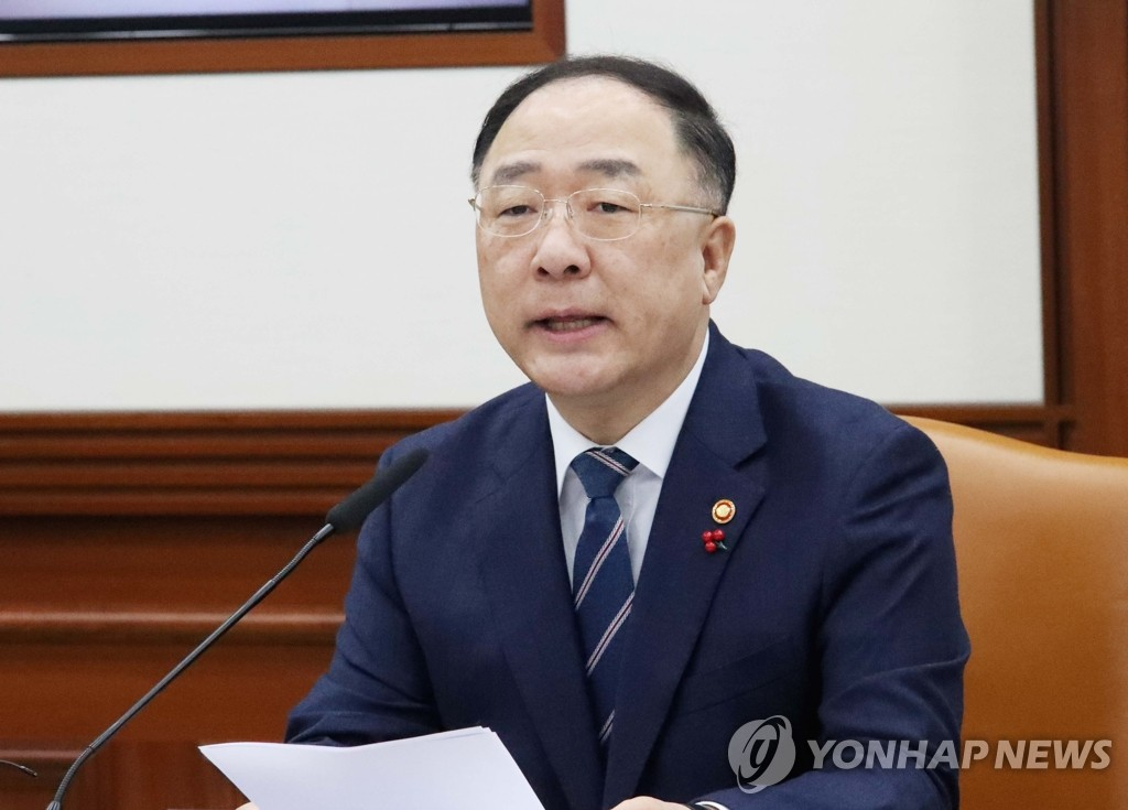 Finance Minister Hong Nam-ki speaks at a meeting with economy-related ministers on Jan. 8, 2020. (Yonhap)