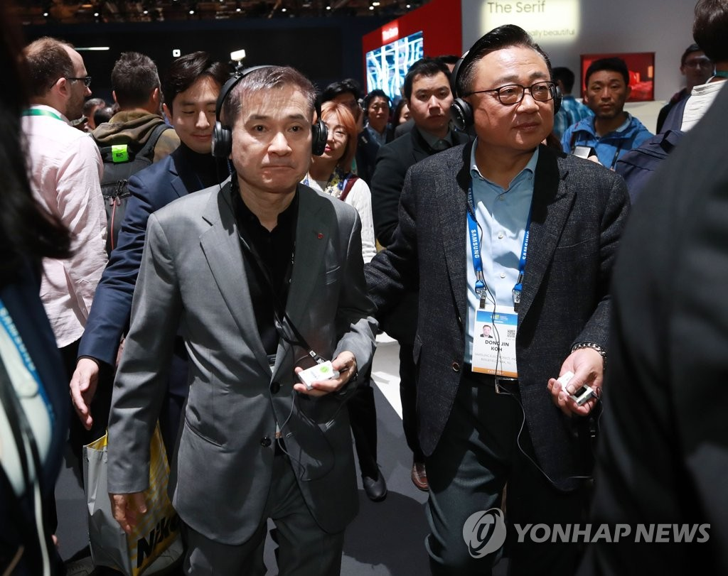 Koh Dong-jin (R), President and CEO of Samsung's IT & Mobile Communication division, walks with LG Uplus CEO Ha Hyun-hwoi at Samsung booth at Consumer Electronics Show (CES) 2020 in Las Vegas on Jan. 7, 2020. (Yonhap)