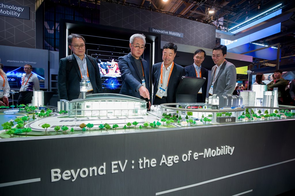 In this photo taken Jan. 8, 2020 (local time), and provided by SK Innovation, the company's CEO and Presient Kim Jun (2nd from left) and other executives look around the firm's booth at this year's Consumer Electronics Show in Las Vegas, Nevada. (PHOTO NOT FOR SALE) (Yonhap)