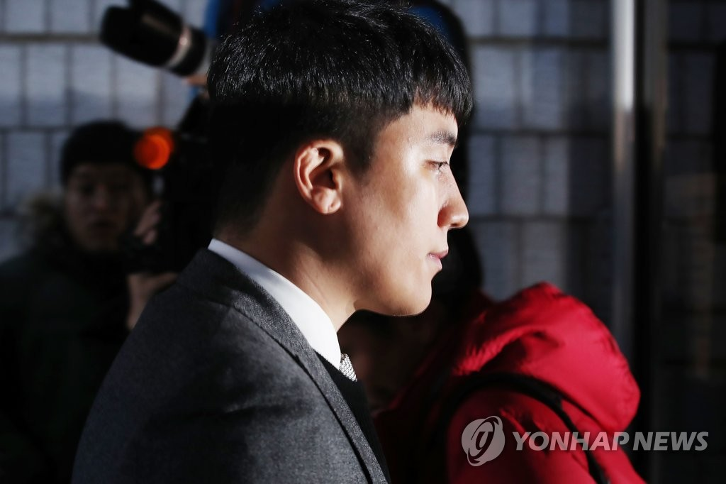 Seungri, a former member of K-pop group BIGBANG, arrives at the Seoul Central District Court in southern Seoul on Jan. 13, 2020, to attend an arrest warrant hearing. (Yonhap)