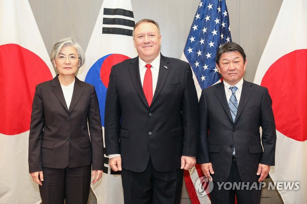 South Korean Foreign Minister Kang Kyung-wha (L) poses with U.S. Secretary of State Mike Pompeo (C) and Japanese Foreign Minister Toshimitsu Motegi during their meeting at the Four Seasons Hotel Silicon Valley in Palo Alto near San Francisco on Jan. 14, 2020, in this photo provided by Kang's ministry. (PHOTO NOT FOR SALE) (Yonhap)