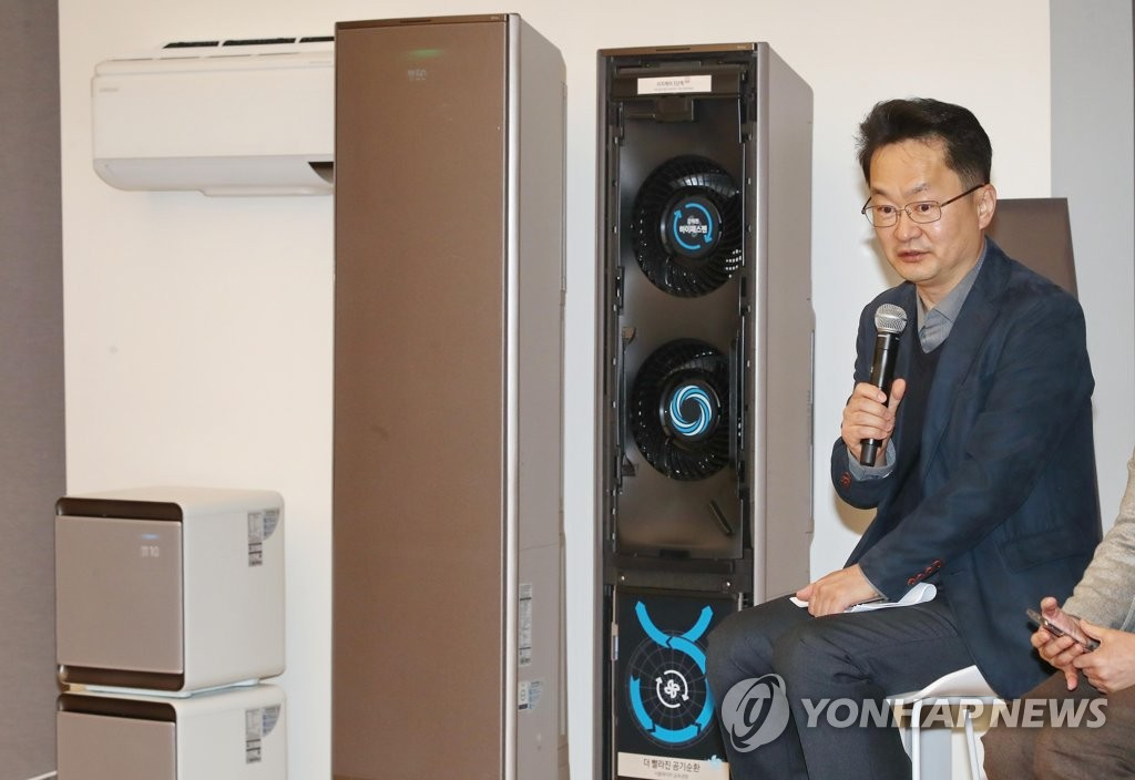 Lee Jae-hwan, a senior official at Samsung Electronics Co.'s consumer electronics division, speaks at the company's air conditioner launching event in Seoul on Jan. 15, 2020. (Yonhap)