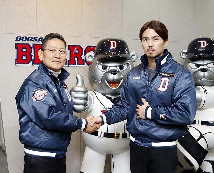 In this photo provided by the Doosan Bears, team captain Oh Jae-won (R) shakes hands with his CEO Chun Poong at Jamsil Stadium in Seoul on Jan. 22, 2020, after signing a three-year free agent deal with the Korea Baseball Organization club. (PHOTO NOT FOR SALE) (Yonhap)