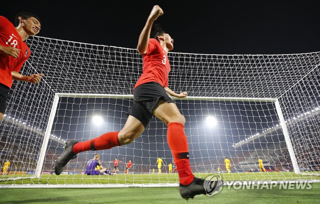 South Korean players Oh Se-hun (L) and Kang Yoon-sung celebrate a goal by their teammate Lee Dong-gyeong against Australia in the semifinals of the Asian Football Confederation (AFC) U-23 Championship at Thammasat Stadium in Rangsit, Thailand, on Jan. 22, 2020. (Yonhap)