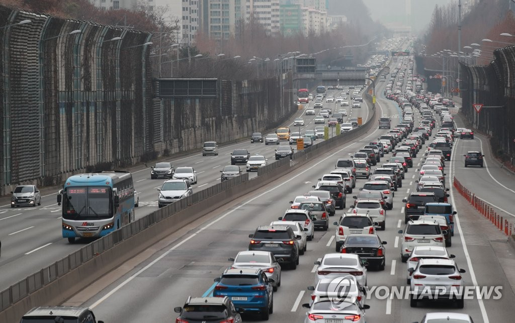 This photo from Jan. 25, 2020, shows vehicles clogging the southbound lanes on the Gyeongbu Expressway in Seoul, as millions of South Koreans began their annual exodus out of the capital city and toward their hometowns during the Lunar New Year's long weekend. (Yonhap)