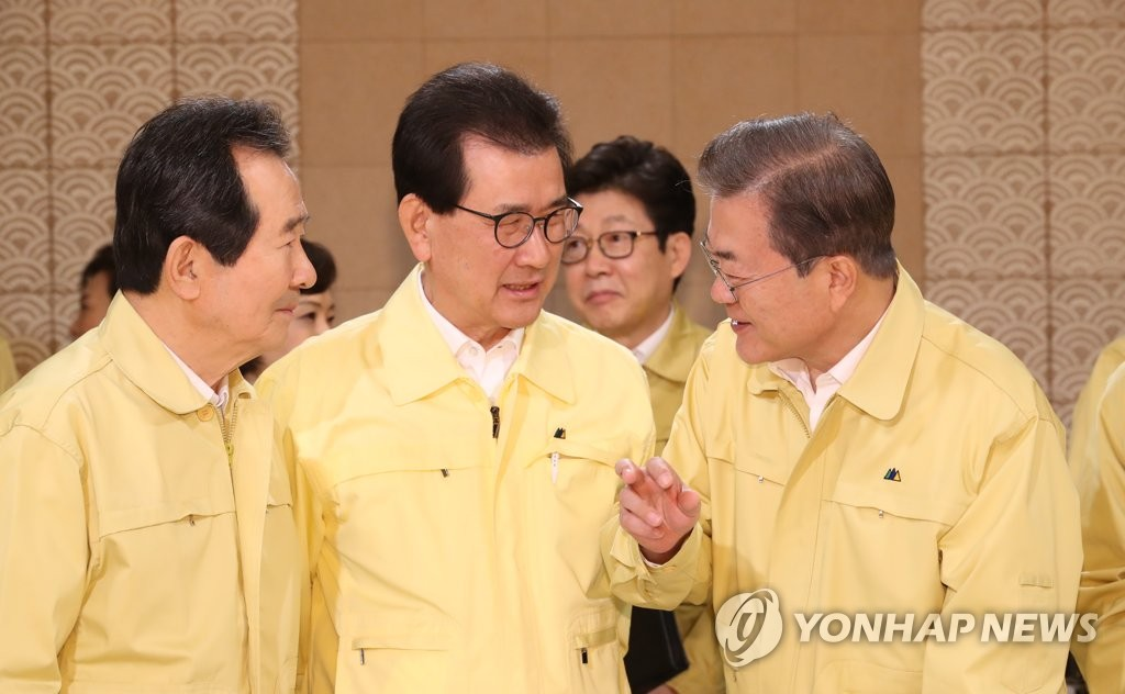 President Moon Jae-in (R) talks with Prime Minister Chung Sye-kyun (L) and North Chungcheong Gov. Lee Si-jong at Cheong Wa Dae in Seoul on Feb. 4, 2020. (Yonhap)