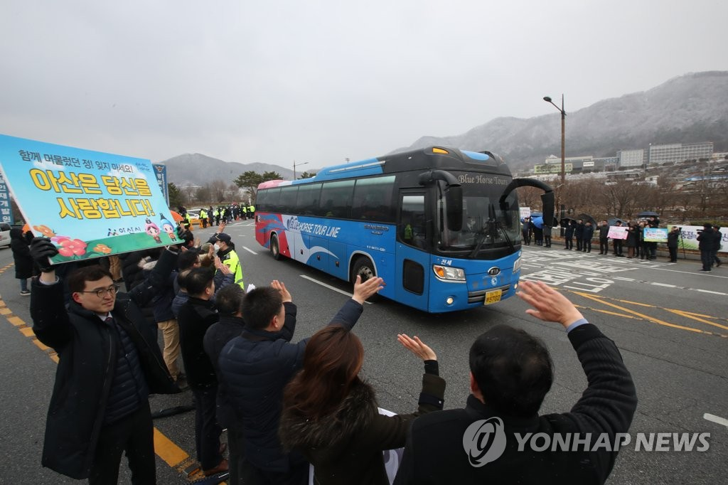 Buses carrying South Koreans evacuated from Wuhan, China, leave the Police Human Resources Development Institute in Asan, 90 kilometers south of Seoul, on Feb. 15, 2020. (Yonhap)