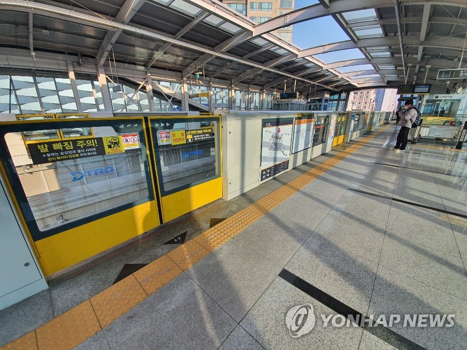This photo taken on Feb. 20, 2020, shows a subway station in Daegu, a city 300 kilometers southeast of Seoul, almost deserted, as people avoid mass gatherings amid the spread of the new coronavirus. (Yonhap)