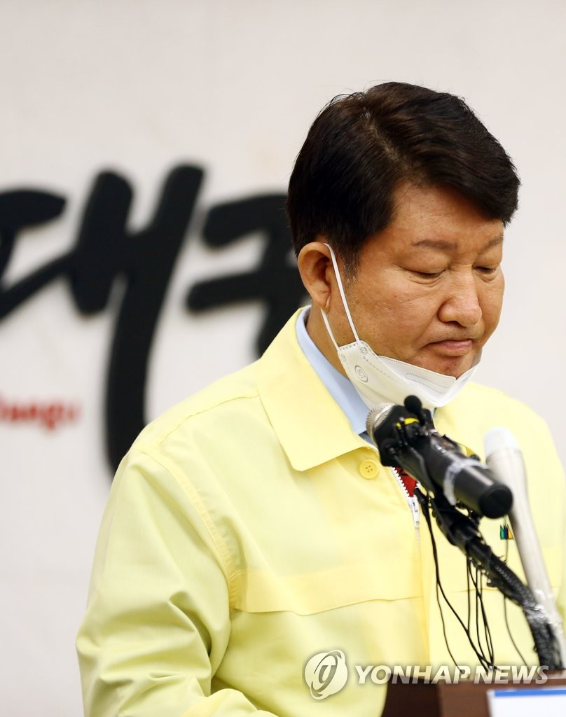 Daegu Mayor Kwon Young-jin shows a stern face as he holds a press conference at the city hall in the southeastern city of Daegu on Feb. 20, 2020, about the spread of the new coronavirus in the city. (Yonhap)
