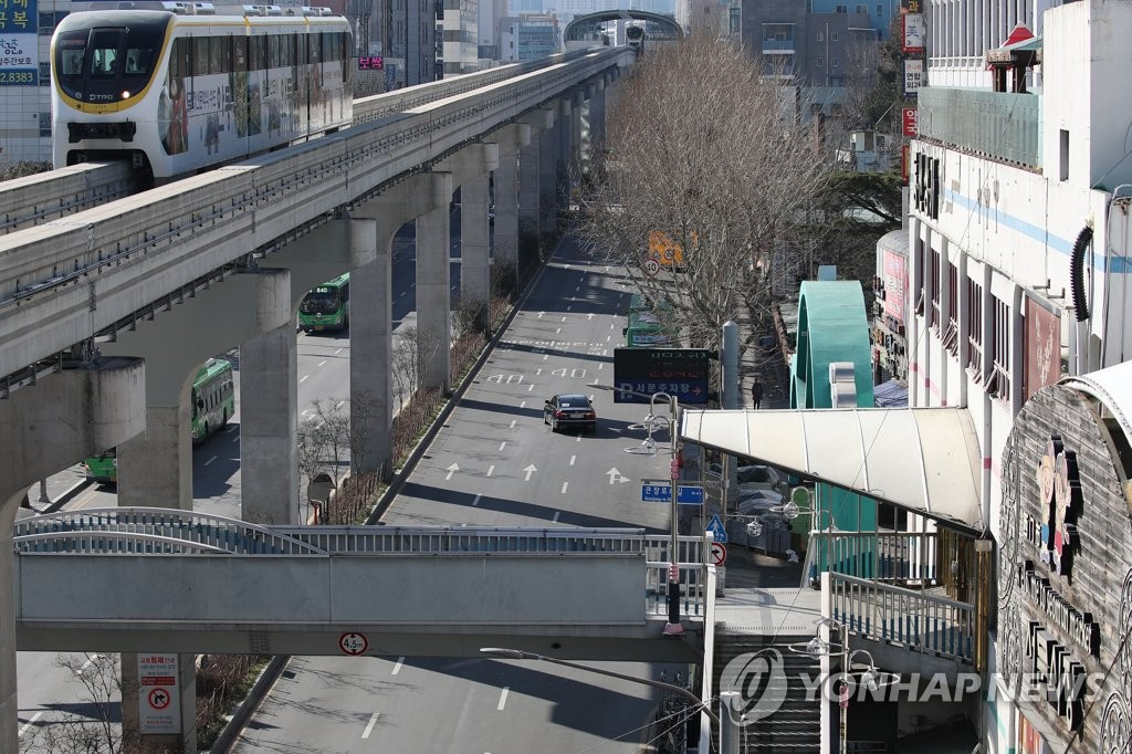 Streets in downtown Daegu, located around 300 kilometers southeast of Seoul, are nearly empty on Feb. 23, 2020, as residents avoided going outside amid the spread of the new coronavirus in the city. (Yonhap)