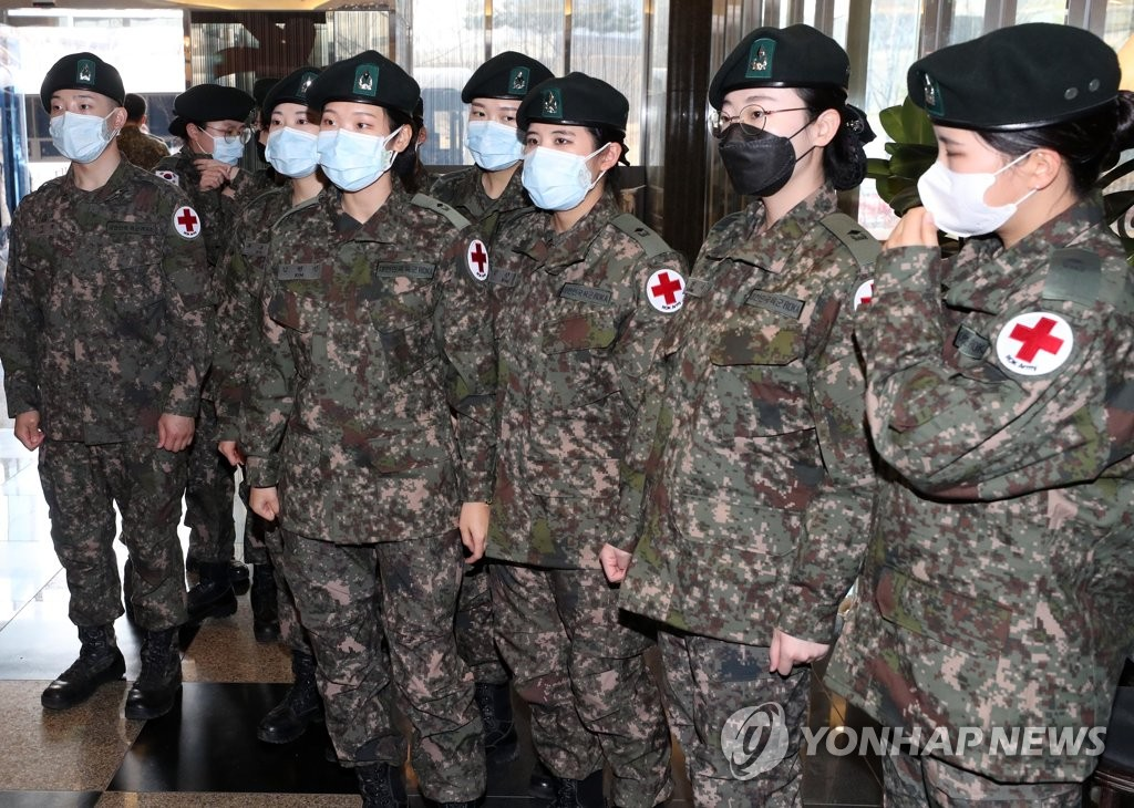 A group of 75 newly commissioned nurse officers arrive at their accommodation in coronavirus-hit Daegu on March 3, 2020, right after their commencement ceremony at Korea Armed Forces Nursing Academy in Daejeon, 160 kilometers south of Seoul. (Yonhap)