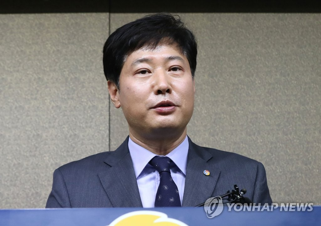 Ryu Dae-hwan, secretary general of the Korea Baseball Organization (KBO), speaks to reporters at the KBO headquarters in Seoul on March 10, 2020, following the league's decision to postpone the start of the regular season from March 28 to April. (Yonhap)