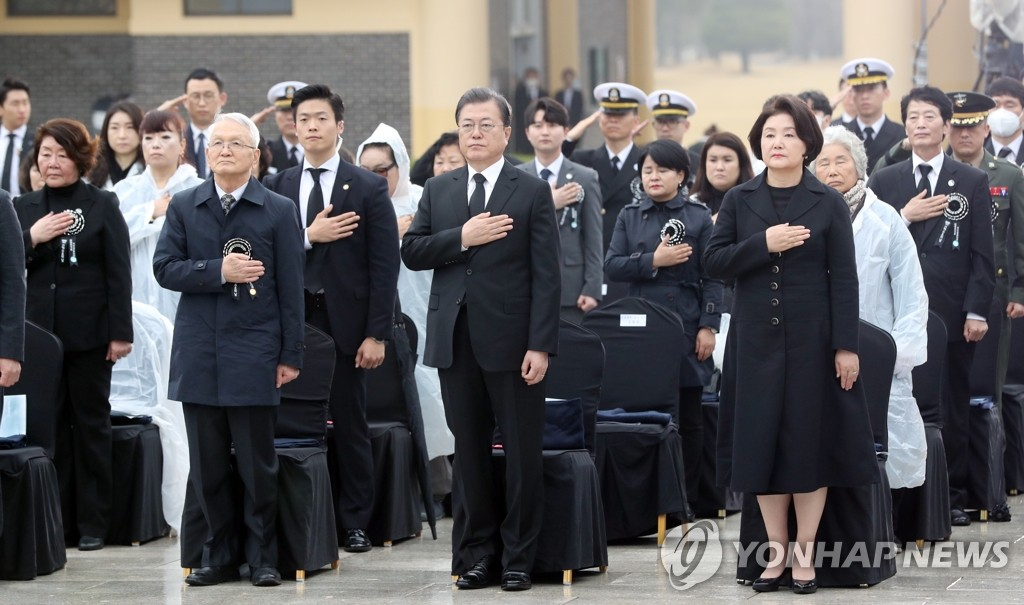President Moon Jae-in (front, 2nd from R) and first lady Kim Jung-sook (front, R) attend a ceremony to mark the fifth anniversary of Yellow Sea Defense Day at Daejeon National Cemetery in the central city of Daejeon on March 27, 2020. (Yonhap)