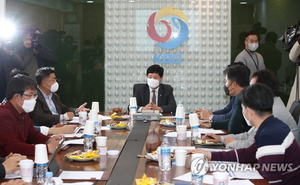 Ryu Dae-hwan (C), secretary general of the Korea Baseball Organization (KBO), chairs an executive committee meeting with general managers from the league's 10 clubs at the KBO's headquarters in Seoul on March 31, 2020. (Yonhap)
