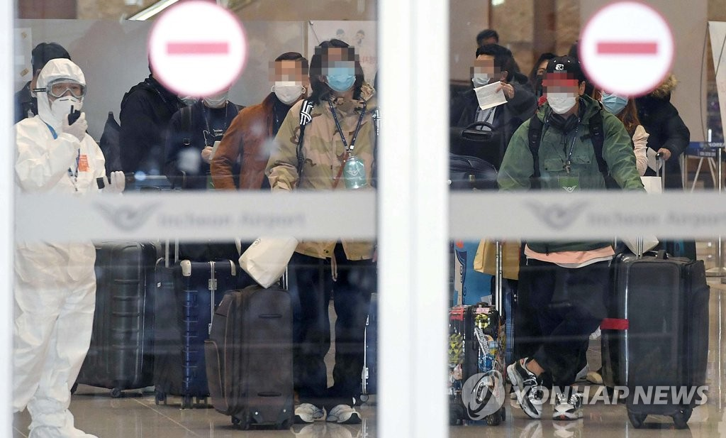 South Korean nationals arrive at Incheon International Airport, west of Seoul, on April 1, 2020, after taking a government-chartered plane from coronavirus-hit Italy. (Yonhap)