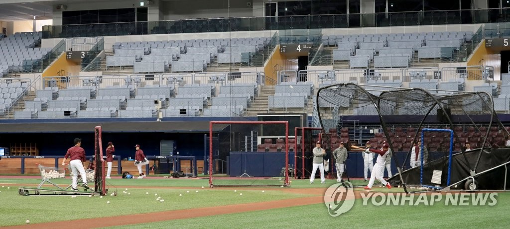 This file photo from April 1, 2020, shows Kiwoom Heroes players during their batting practice at Gocheok Sky Dome in Seoul. (Yonhap)