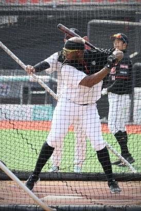 KT Wiz foreign player batting practice
