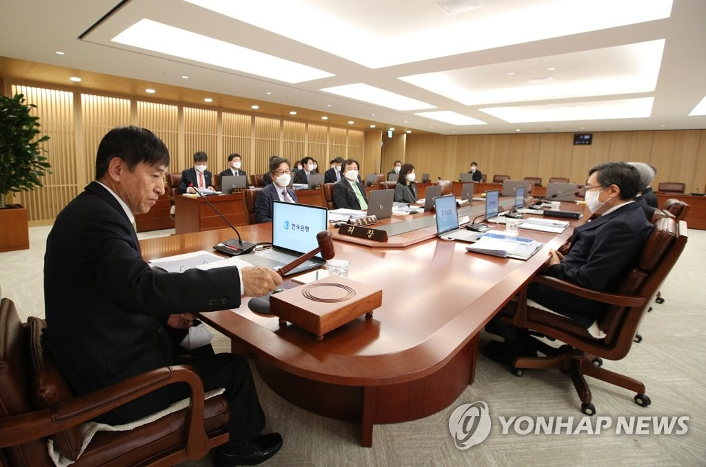 In the photo, provided by the Bank of Korea (BOK), BOK Gov. Lee Ju-yeol (L) holds a BOK monetary policy board meeting in Seoul on April 9, 2020. (PHOTO NOT FOR SALE) (Yonhap)