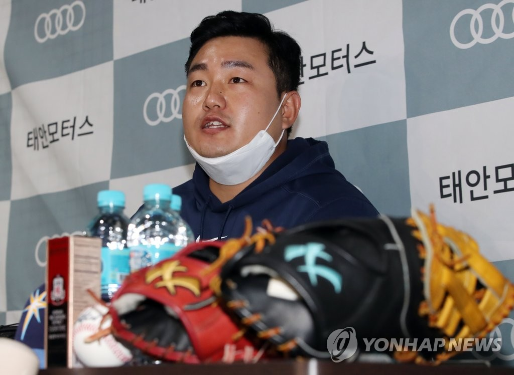 Choi Ji-man of the Tampa Bay Rays speaks to reporters at a private baseball academy run by his brother in Incheon, 40 kilometers west of Seoul, on April 13, 2020. (Yonhap)